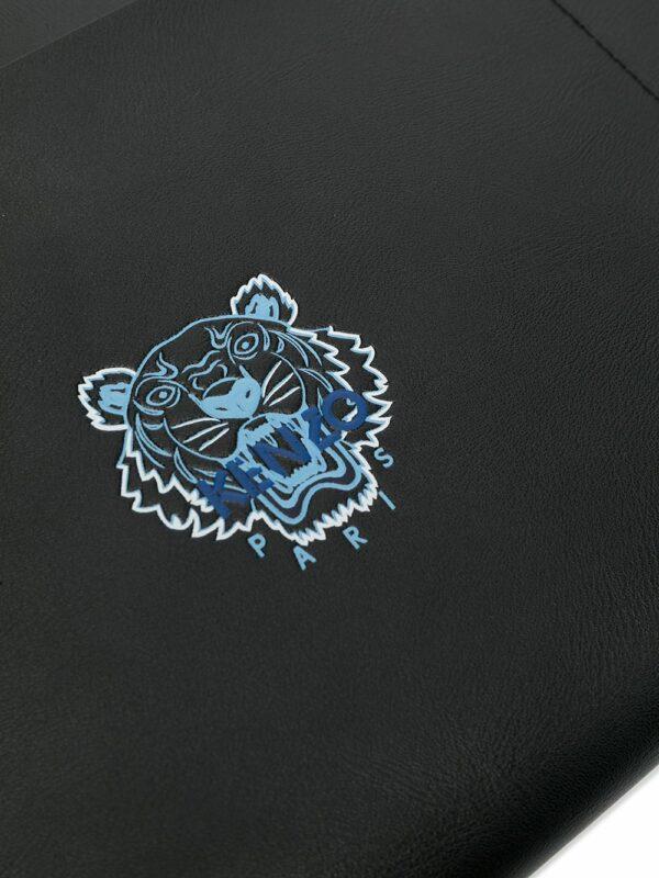 Accessoires pochette à bride portée poignet